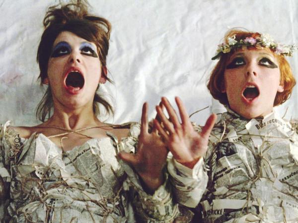 """Skurril, schräg, frech und subversiv ist der tschechische Film """"Tausendschönchen"""" aus dem Jahr 1966."""