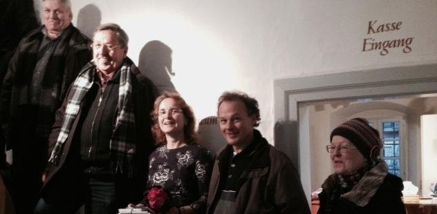 """Astrid Keste (Mitte) wurde als 40.000. Besucherin im Neustädter """"Karpfenmuseum"""" willkommen geheißen."""