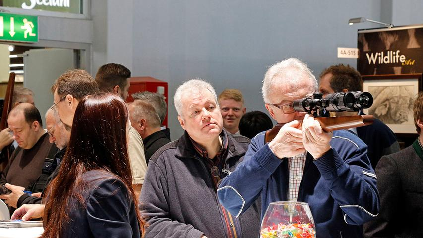 Wirstschaft..Foto: Günter Distler..Motiv: Rundgang Waffenmesse IWA