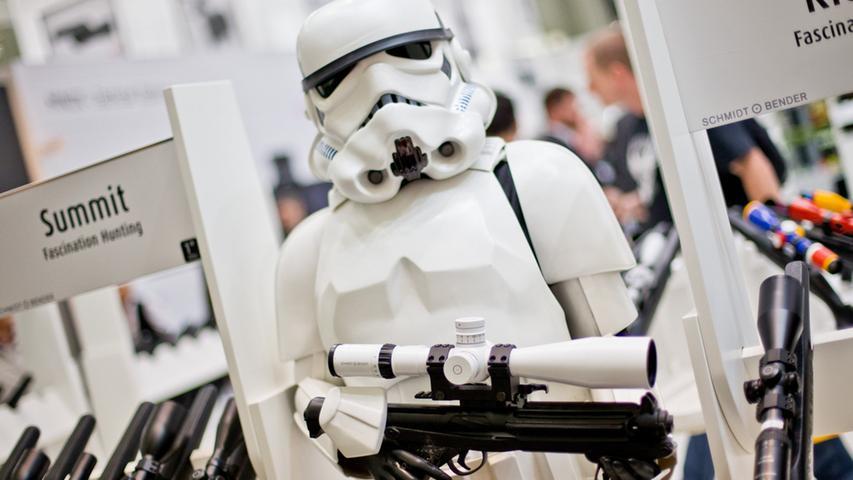 Eine Stormtrooper-Puppe aus Star Wars hält am 06.03.2015 während der Jagd- und  Sportwaffenmesse IWA OutdoorClassics in Nürnberg (Bayern) am Stand von Schmidt  und Bender ein Zielfernrohr in den Händen. Foto: Daniel Karmann/dpa +++(c) dpa  - Bildfunk+++