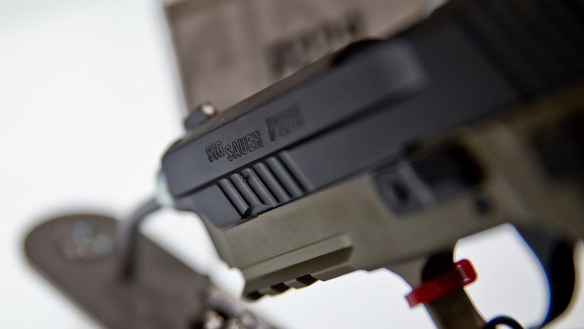 Eine Pistole des Waffenherstellers Sig Sauer ist am 06.03.2015 während der  Jagd- und Sportwaffenmesse IWA OutdoorClassics in Nürnberg (Bayern) am Stand  des Unternehmens zu sehen. Foto: Daniel Karmann/dpa (zu dpa bay 1293 vom  06.03.2015) +++(c) dpa - Bildfunk+++