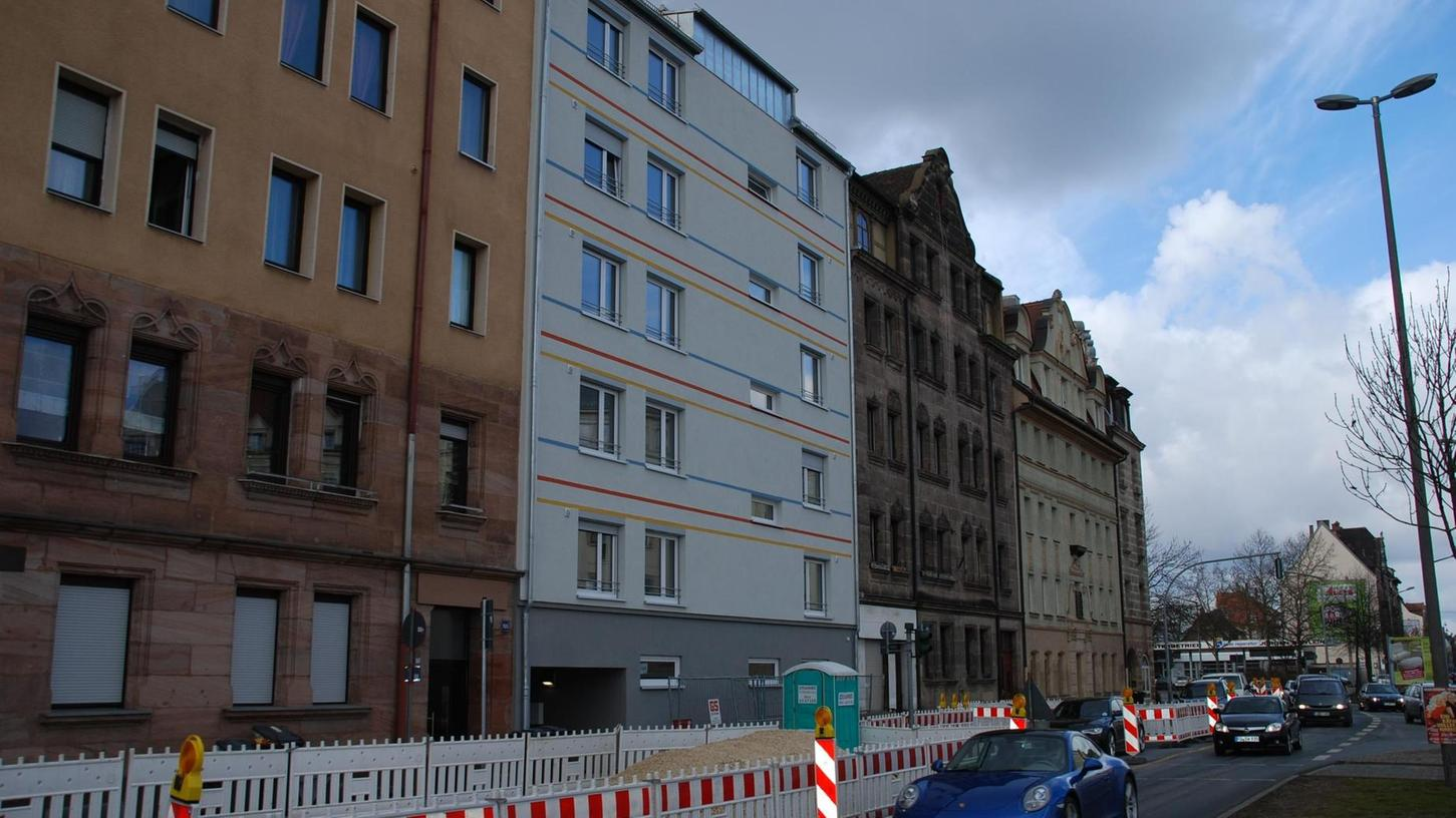 Direkt an der Stadtgrenze und damit unmittelbar an der U-Bahn befindet sich der fünfstöckige Neubau mit 24 Wohnungen für Beschäftigte des Klinikums Fürth.