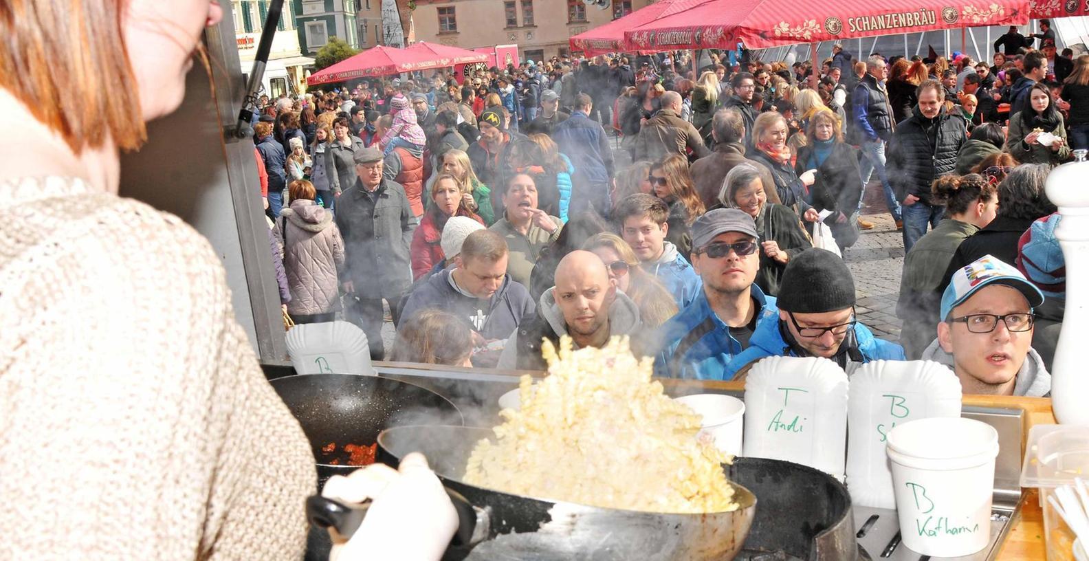 """Umlagerter """"Pasta-Laster"""": Frisch zubereitet, mundeten die angebotenen Nudel-Variationen, ob mit Fleischeinlage oder für Vegetarier. Einige tausend Hungrige, schätzen die Veranstalter, kamen am Samstag auf den Marktplatz, um möglichst viel zu probieren."""
