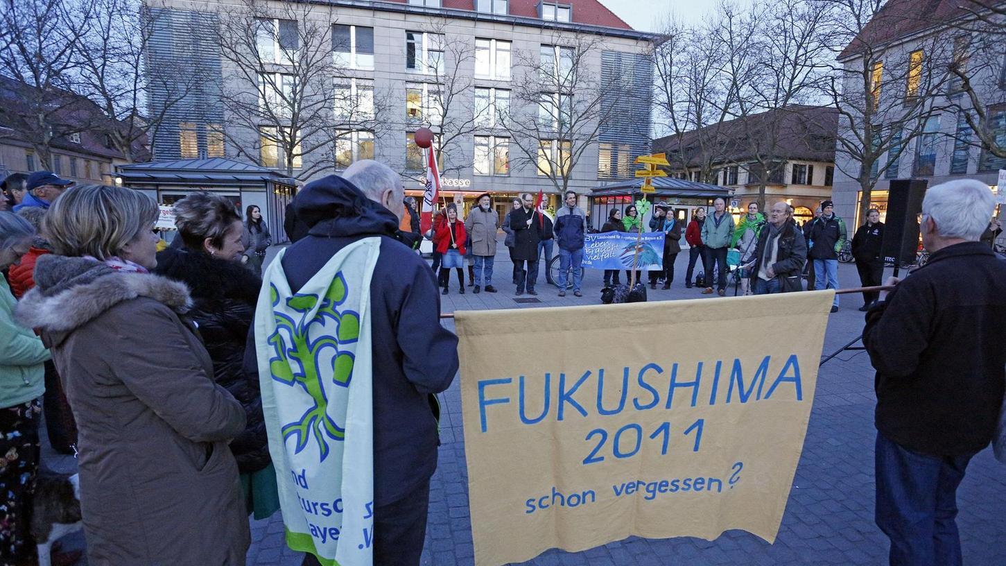 """Die zügige Umsetzung der Energiewende forderte die Initiative """"Atomausstieg Jetzt"""" bei ihrer Kundgebung mit Mahnwache auf dem Hugenottenplatz."""