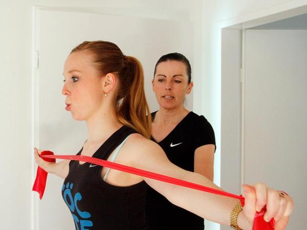 Um gerader zu stehen, muss die obere Rückenmuskulatur gestärkt werden.