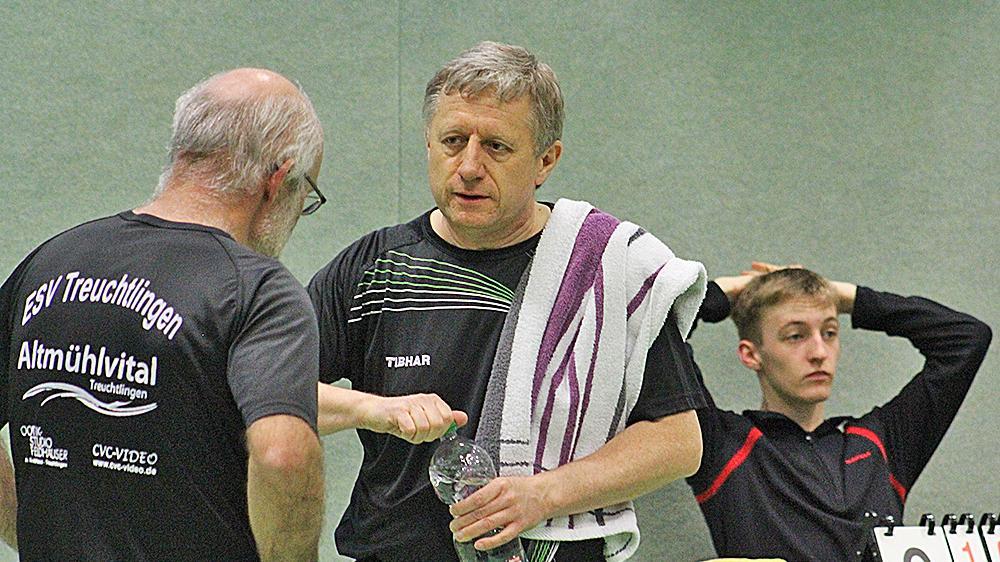 Tischtennis-Marathon: Peter Killian (Mitte) holte für den ESV drei Einzelsiege und zudem drei Erfolge im Doppel mit Joachim Leibig (li.), ehe er am jüngsten doppelten Heimspieltag verletzungsbedingt aufgeben musste.