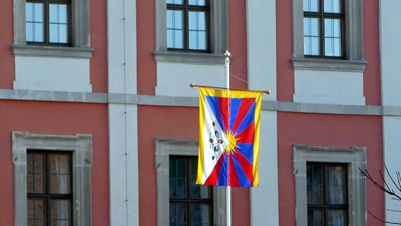 Vor dem Rathaus der Kreisstadt wird seit vielen Jahren am 10. März die tibetische Fahne aufgezogen und damit die Solidarität zu Tibet bekundet.
