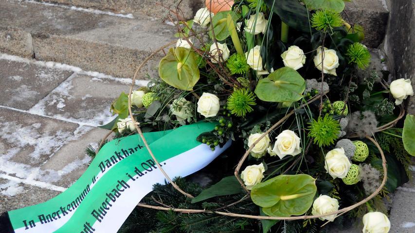 Bei Todesfällen darf der engste Familienkreis weiterhin persönlich bei der Beerdigung Abschied nehmen. Größere Trauerfeiern sind aufgrund der Ansteckungsgefahr allerdings nicht mehr möglich, genauso wie Taufen und ähnliche Veranstaltungen.