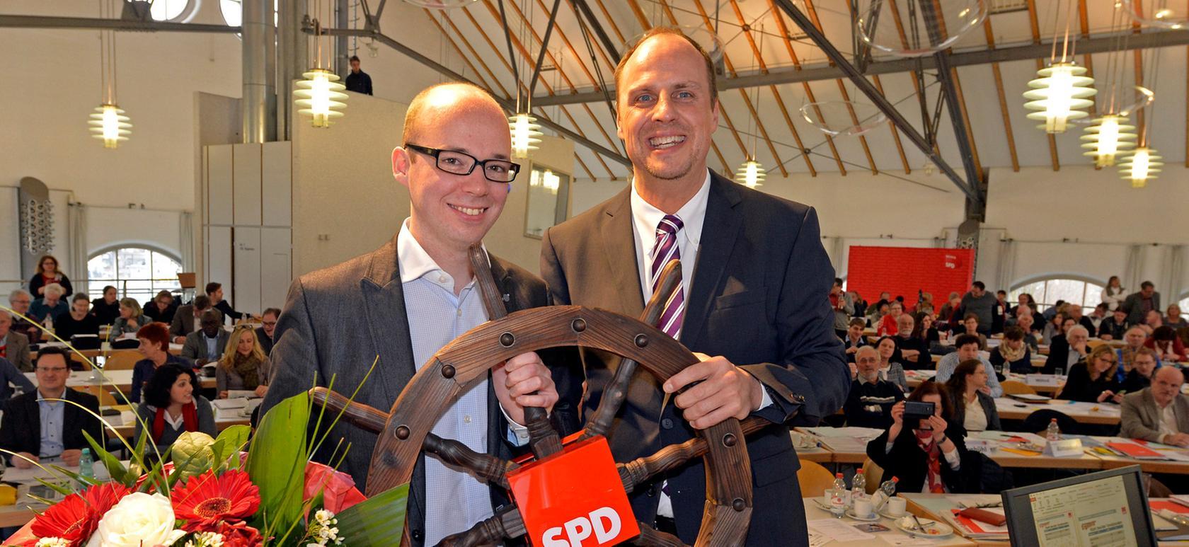 Der vorherige Voristzende der SPD in Nürnberg Christian (r.) Vogel übergibt Thorsten Brehm (l.) nicht nur symbolisch das Steuer.
