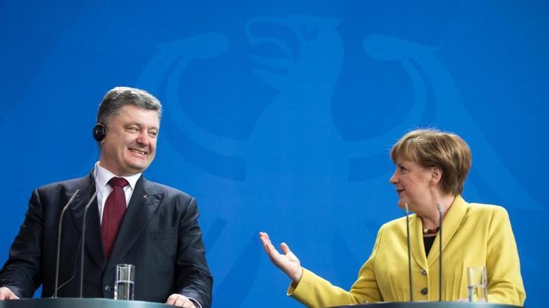 In der Ukraine-Krise einigen sich Merkel, der französische Präsident François Hollande, der ukrainische Präsident Petro Poroschenko und Kremlchef Wladimir Putin im Frühjahr 2015 in Minsk auf ein Waffenstillstandsabkommen und einen Zeitplan zum Frieden.