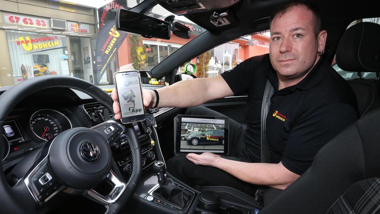 Die kurzen Schulungsfilme können sowohl mit dem Tablet als auch per Smartphone beliebig oft abgerufen werden. Fahrlehrer Heiko Distler ist sich sicher, dass seine Schüler damit weniger Fahrstunden brauchen.