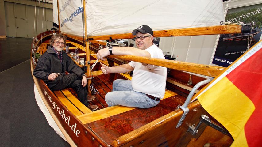 Die Segellehrer Manfred Greubel und Jürgen Lehner von der Segelschule Greubel präsentieren eines ihrer Boote.