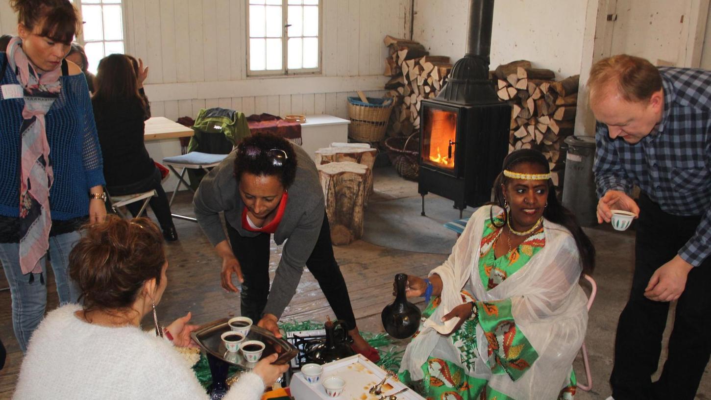 Messeret Kasu (2. v. re.) steuerte eine stimmungsvolle äthiopischen Kaffeezeremonie bei. Die damit verwöhnten Gäste kamen sich bei Gesprächen und Tänzen rasch näher.