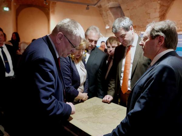 MdL Hans Herold, Minister Marks Söder, MdL Harry Scheuenstuhl, Bürgermeister Klaus Meier, MdL Gabi Schmidt und stellvertretender Landrat Norbert Kirsch (v. r.)