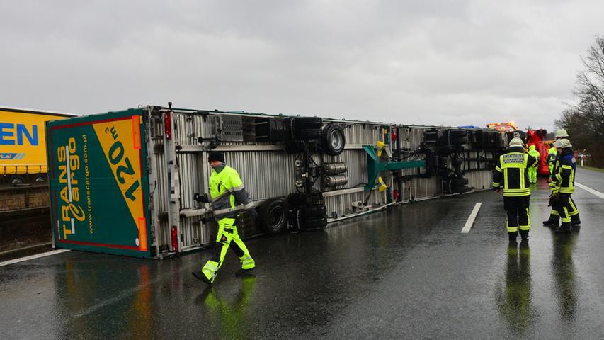 Auf der A3 bei Tennenlohe wurde ein Lkw von einer Windböe erfasst und kippte um.