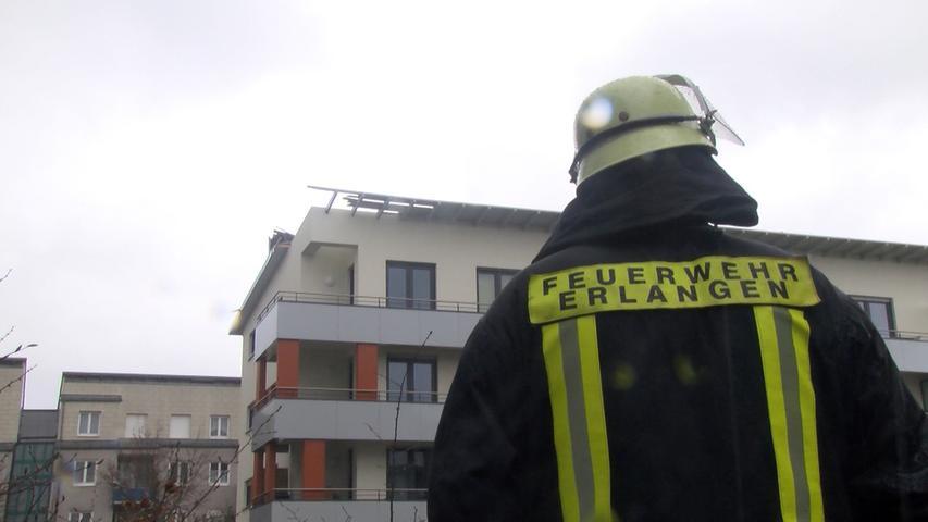 Einsatzstelle am Montag (31.03.2015) a der Jenaer Strasse in Erlangen. Durch  starken Wind wurden Teile des Dachs eines Wohnhauses abgedeckt. Feuerwehr  sicherte das Dach Foto: News5 / Grundmann