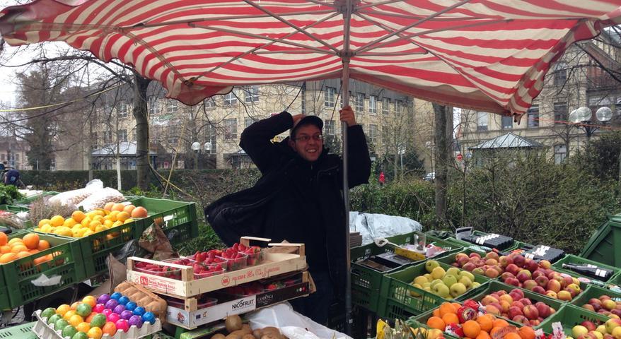 Immer wenn die Windböen stark werden, hält Joachim Albrecht den Schirm fest. Er hat gut zu tun.