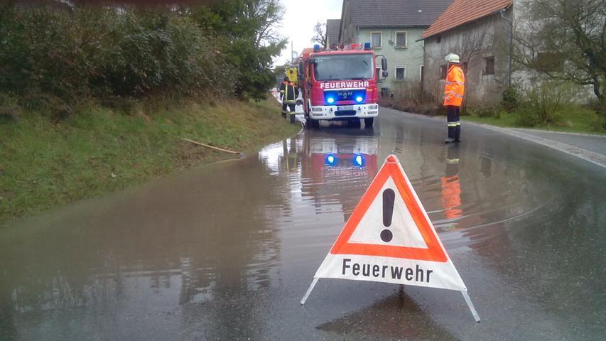 In Thuisbrunn (Landkreis Forchheim) hatte die Feuerwehr unter anderem mit überschwemmten Straßen zu kämpfen. Durch den Starkregen liefen die Kanäle über und spülten Schmutz auf die Fahrbahn.