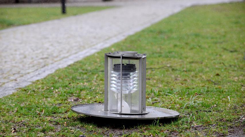 FOTO: Hans-Joachim Winckler DATUM: 31.3.2015..MOTIV: Sturm über Fürth - Lampe  am Boden - Adenaueranlage