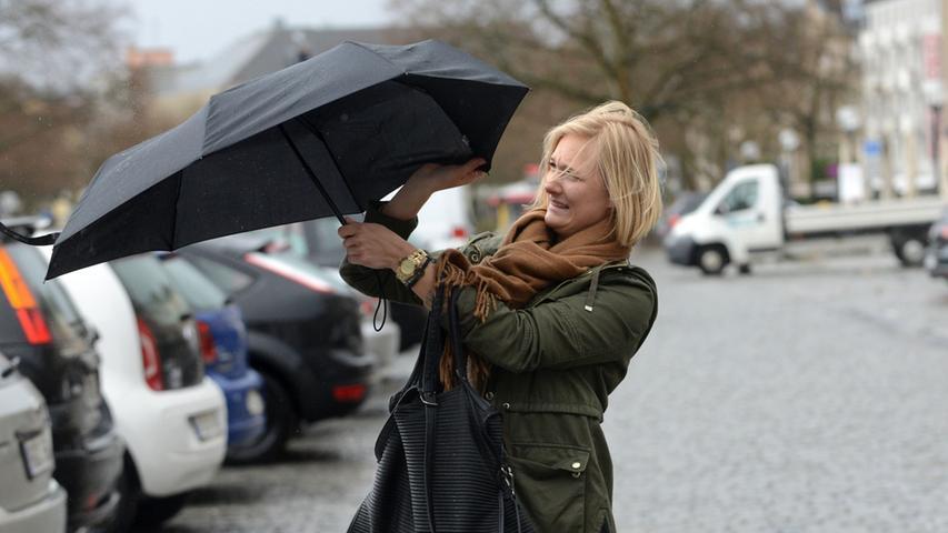 FOTO: Hans-Joachim Winckler DATUM: 31.3.2015..MOTIV: Sturm über Fürth -  Regenschirm bereitet Probeme