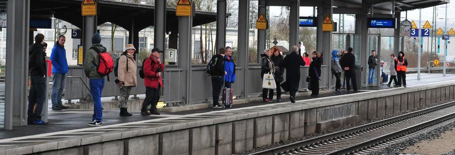 Die Bahn-Pendler müssen sich noch etwas gedulden. Der provisorische Fußgängersteg von der Ostseite des Bahnhofs auf eines der Bahnsteige wird gebaut. Wann er errichtet wird, steht noch nicht fest.