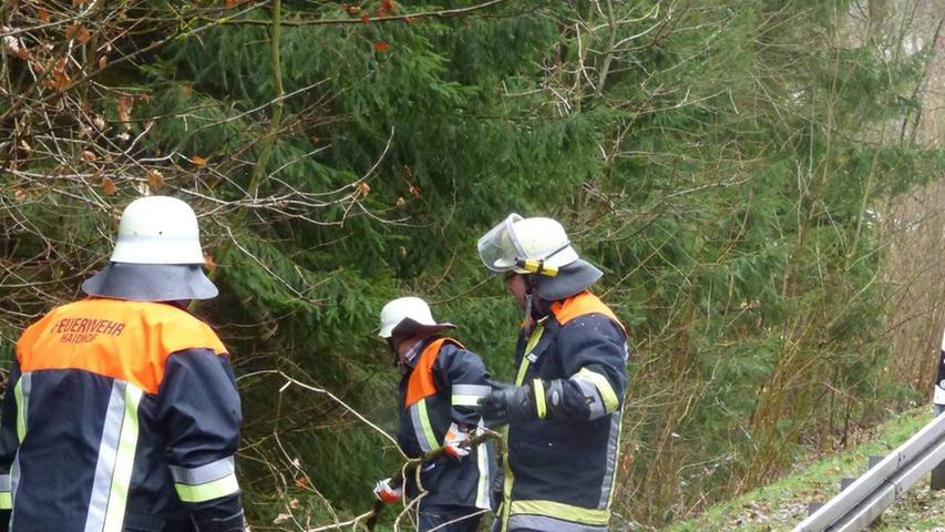 Am Vormittag war die Feuerwehr zum Einsatz in Haidhof ausgerückt: Auch dort musste ein umgestürzter Baum von der Straße beseitigt werden.