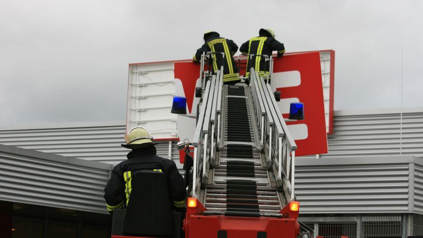 Am Rewe-Markt an der Jahnstraße in Bad Windsheim wehte am Vormittag eine Windböe einen Teil des großen Werbe-Schilders am Eingang weg. Die zur Gebäudesicherung gerufene Feuerwehr holte daraufhin aus Sicherheitsgründen mithilfe der Drehleiter den restlichen Teil vom Dach.