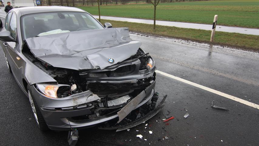 Ein umgewehtes Verkehrsschild, das nahe des Kreisverkehrs im Südosten Bad Windsheims auf die Straße kippte, verursachte einen Auffahrunfall, bei dem eine Frau verletzt wurde.  Mehr Bilder aus Bad Windsheim...
