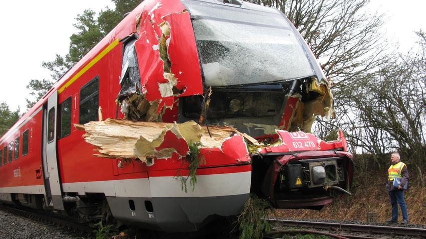 Der Zugführer wurde verletzt, 140 Fahrgäste wurden evakuiert.