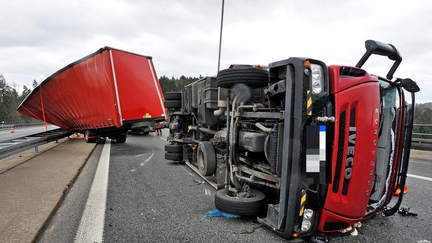 Auf der Krondorfer Autobahn-Brücke bei Neumarkt wehte es einen Lastwagen über die Mittelleitplanke,...