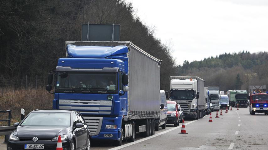 Auf der Krondorfer Autobahn-Brücke wehte es einen Lastwagen über die  Mittelleitplanke.