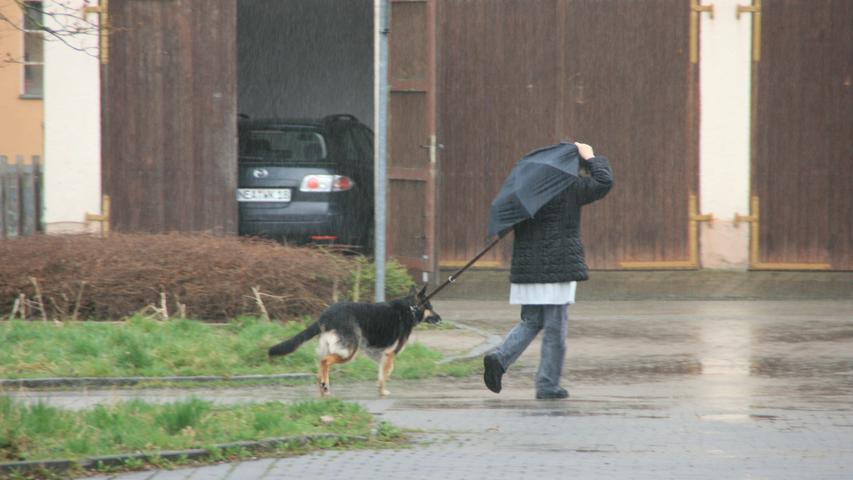 Schirme festhalten war in Bad Windsheim und Umgebung bei immer wieder herunterprasselndem Regen angesagt.