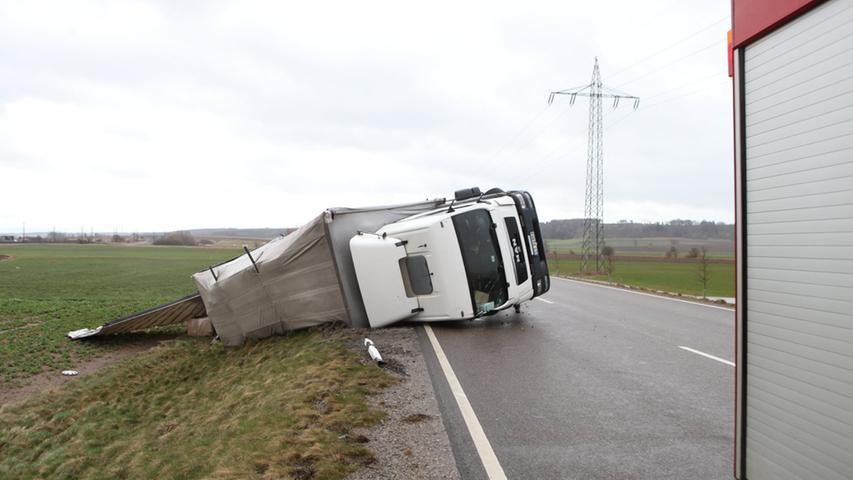 Am Dienstag (31.03.2015) zog ein Sturmtief auch ueber den Landkreis Ansbach.  Auf der B13 wurden gleich zwei Lastwagen von der Strasse geweht und stuerzten  teilweise um. Foto: News5 / Haag