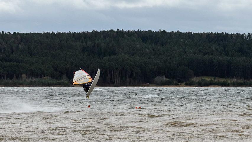 Endlich genug Wind: Diesen Windsurfer am Großen Brombachsee konnte das Sturmtief Niklas nicht vom Surfen abhalten.