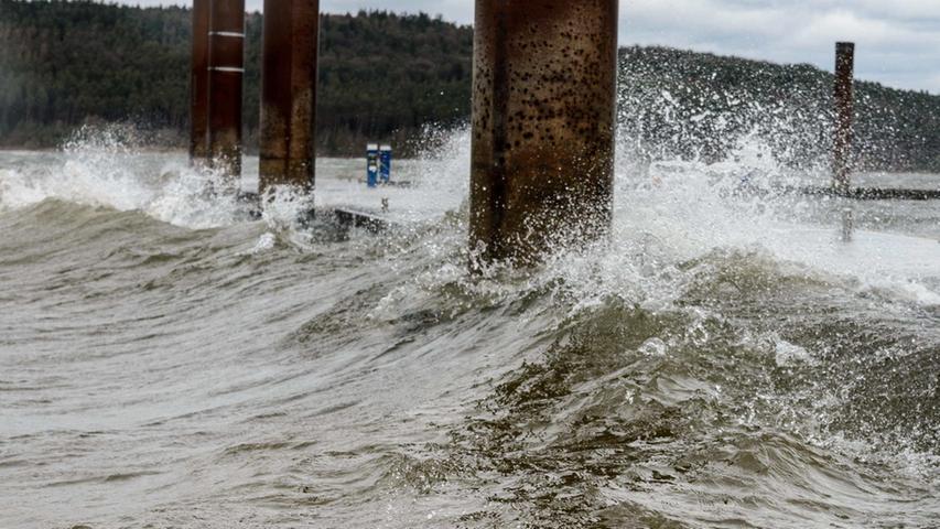 Gischt wie sonst nur am Meer: Der Sturm Niklas verwandelte den sonst eher beschaulichen Brombachsee in ein Fränkisches Meer.