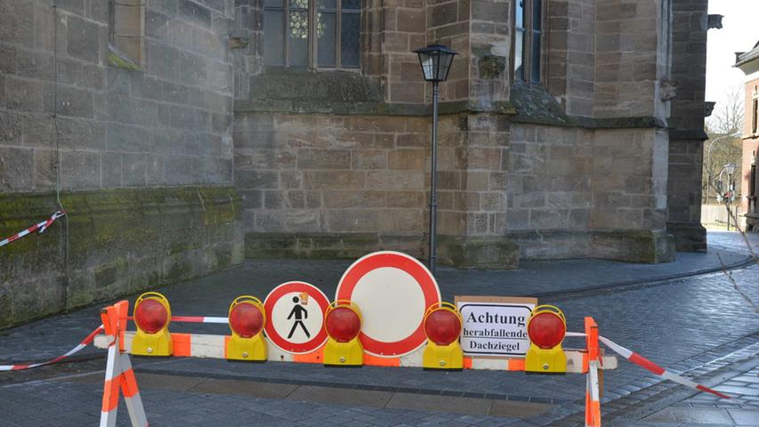 Gesperrt: Die Weißenburger Rosenstraße wurde in Höhe der Kirche St. Andreas gesperrt, weil herabfallende Dachziegel Passanten und Autofahrer gefährden konnten.