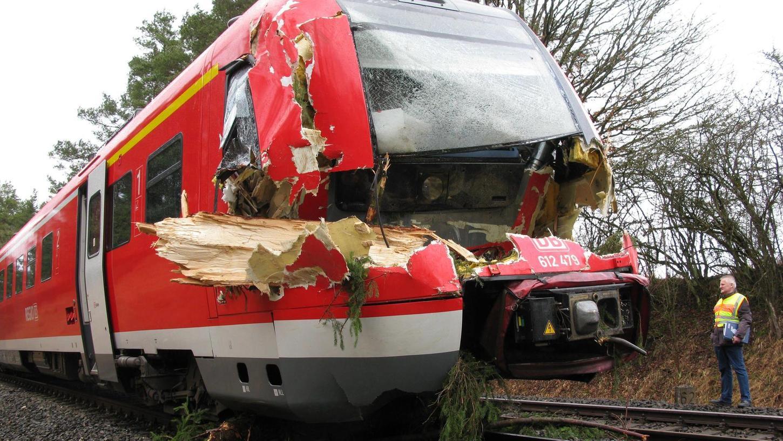Gestern Vormittag gegen 11 Uhr krachte der Regionalexpress gegen Baumstämme, die auf den Gleisen gelegen waren. Der Zugführer und der Zugbegleiter wurden verletzt, die Fahrgäste kamen mit dem Schrecken davon.