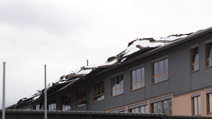 In Gunzenhausen wurde das Dach des Gymnasiums schwer beschädigt,...
