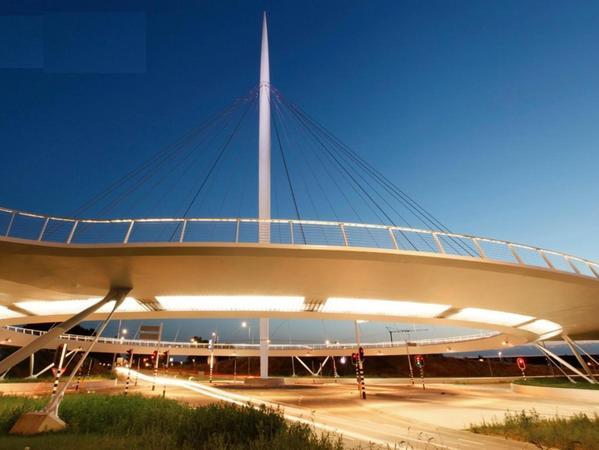 """Das Vorbild: Im niederländischen Eindhoven steht der """"Hovenring"""". Der Radkreisel schwebt in etwa sechs Metern Höhe über dem Boden."""