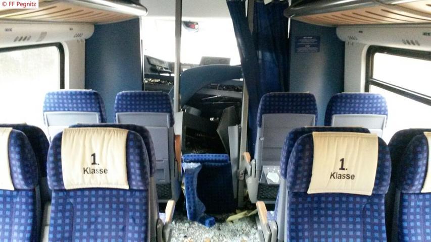 Der erste Triebwagen trug erhebliche Schäden davon.