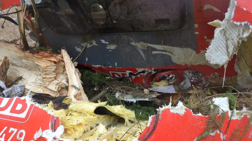 Die Spitze des Triebwagens wurde massiv zerstört.