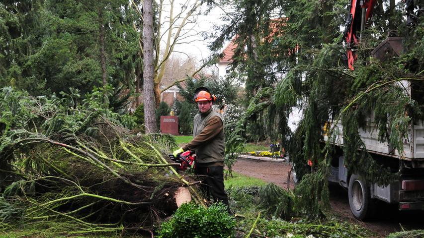 Aufräumarbeiten auf dem neuen Friedhof am Tag nach dem Sturm.