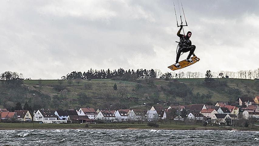 Spektakuläre Sprünge: Die Kitesurfer am Großen Brombachsee hatten sichtlich ihre Freude an den orkanartigen Böen des Sturmtiefs Niklas. Der sonst eher beschauliche See verwandelte sich durch den kräftigen Wind in ein fränkisches Meer.