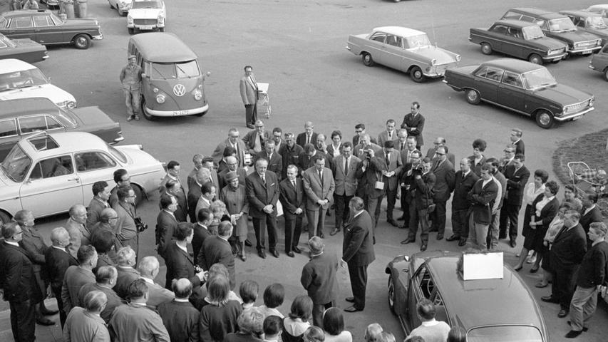 """Im Hof der Kraftfahrzeug-Zulassungsstelle standen sich gestern das älteste und das jüngste in Nürnberg zugelassene Kraftfahrzeug gegenüber. Unsere Bilder zeigen links den Oberbürgermeister bei seiner Ansprache, rechts das """"Kommißbrot"""" aus dem Jahre 1926."""