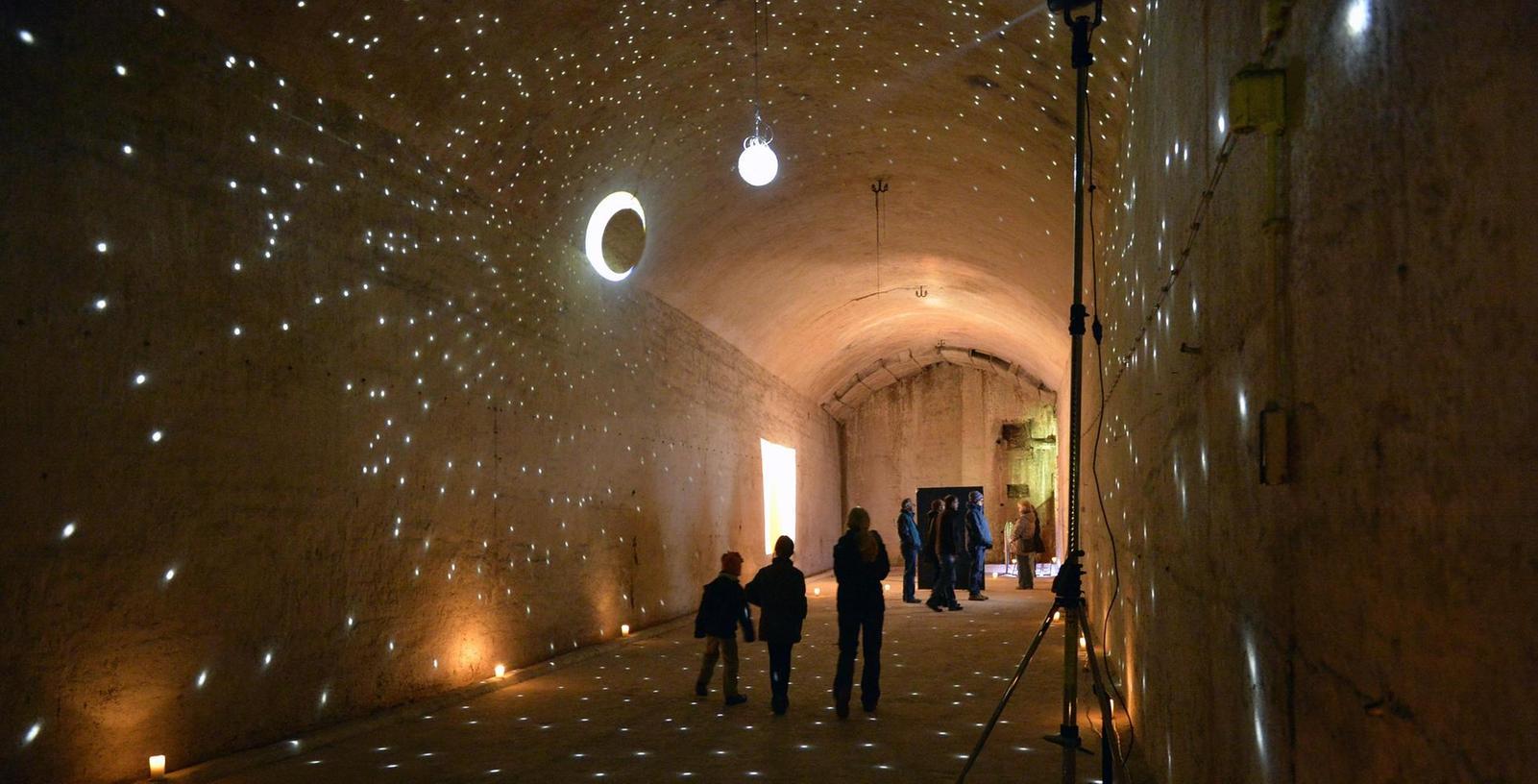 """Im Inneren des Henniger-Kellers sind die Gänge nicht nur magisch beleuchtet, der interaktive Kreuzweg """"Gott im Berg"""" will auch politische Akzente setzen."""