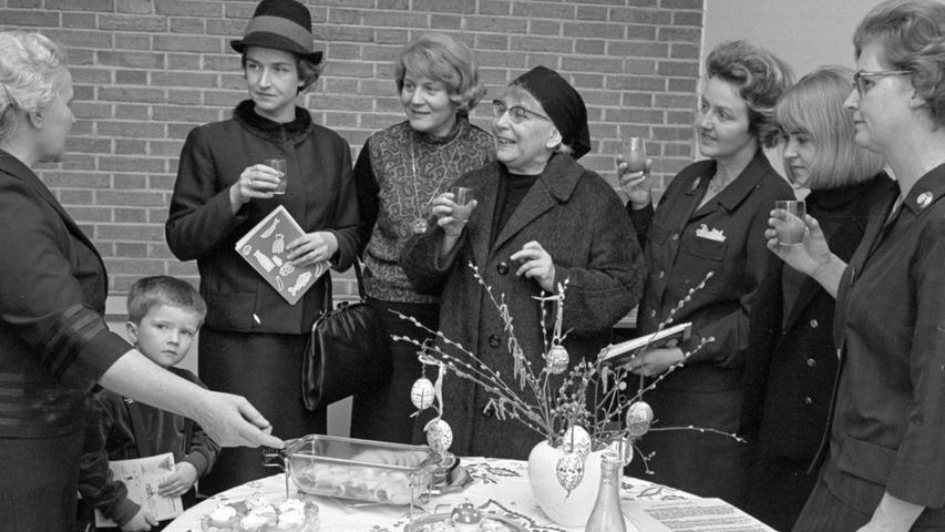 An jedem Donnerstag kommen Hausfrauen in der Ernährungsberatungsstelle zusammen, um sich von Edith Maurer (links) aktuelle Hinweise geben zu lassen. Diesmal ist der Tisch mit den Probiergerichten österlich geschmückt. Wie man sieht, ist das Thema gerade besonders interessant. Auch die Vorsitzende des Jung-Hausfrauenvereins, Hildegard Kerner (dritte von links), beteiligt sich daran. Hier geht es zum Artikel: Frühlingsrezepte machen Appetit