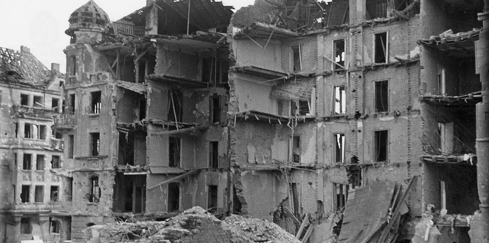 Historische Fotografien zeigen das Ausmaß, etwa nach dem Luftangriff vom 8. auf den 9. März 1943 in der Amalienstraße, Ecke Benno-Mayer-Straße.