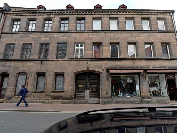 Auch Fürth blieb nicht ohne Kriegsschäden. Bis heute sind Splittereinwirkungen an der Fassade in der Theaterstraße 20 zu sehen.