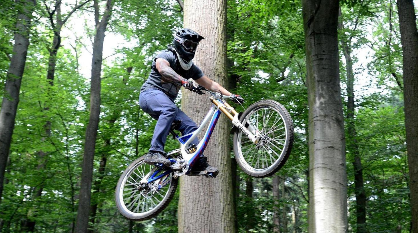 Radakrobatik im Stadtwald: Ein Mitglied der Mountainbikegruppe hebt beim Training ab. Auf dem geplanten Parcours soll es freilich moderater zugehen.