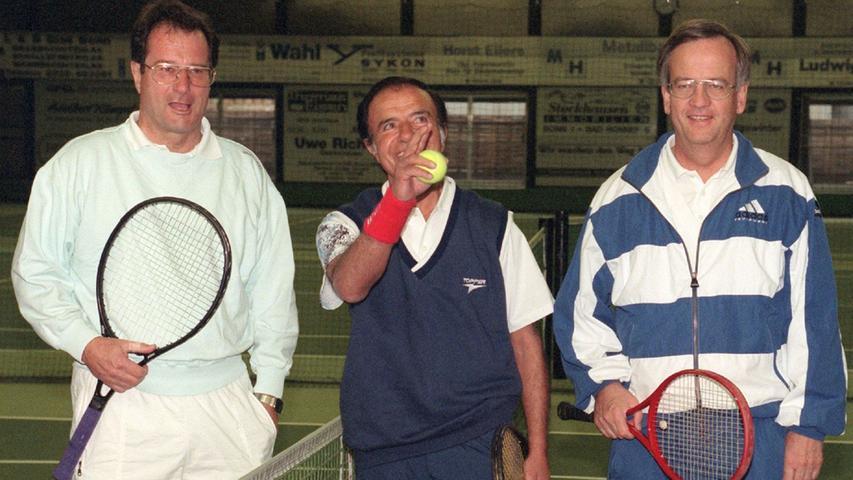 Offizieller Termin, lockere Atmosphäre: Heinrich von Pierer (Mitte) bei einem Tennis-Match gegen den damaligen argentinischen Präsidenten Carlos Menem (Mitte) und Bundesaußenminister Klaus Kinkel (links).